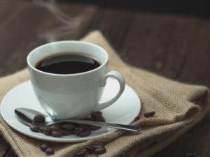 """""""炒りたて挽きたて""""のコーヒーをお楽しみください。"""